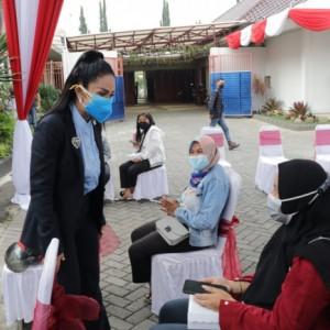 Krisdayanti Pantau Vaksinasi 1.000 Dosis di Kota Batu, Utamakan Kota Kelahirannya