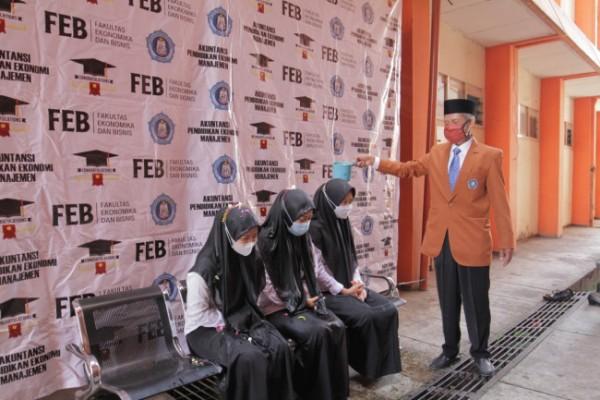 Dekan FEB Unikama yang melaksanakan prosesi siraman (Ist)