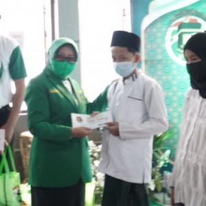PPP Jombang Gelontorkan Ribuan Paket Sembako ke PKL hingga Warga Isoman