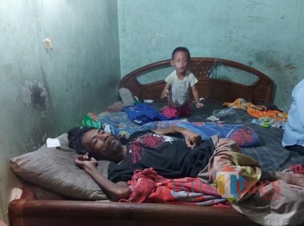 Kondisi Siswoyo (49) yang terbaring tidak berdaya di atas kasur ketika ditemui MalangTIMES.com di kediamannya, Jumat (20/8/2021). (Foto: Tubagus Achmad/MalangTIMES)