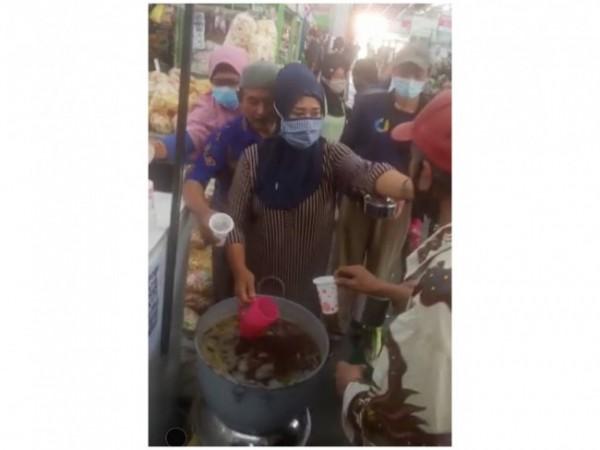 Potret berbagi wedang uwuh gratis pedagang Pasar Bunulrejo. (Foto: Istimewa).
