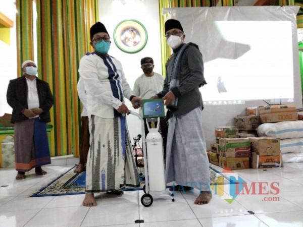 Walikota Malang Sutiaji saat secara simbolis menyerahkan bantuan tabung oksigen ke pengasuh PPIQ Darul Hidayah.(Foto: Riski Wijaya/MalangTIMES).