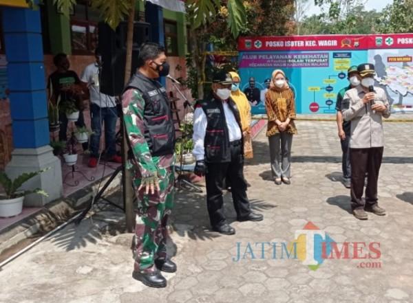 Bupati Malang HM Sanusi (baju putih dengan rompi hitam) bersama Forkopimda Kabupaten Malang saat meninjau isoter Kecamatan Wagir (foto: Hendra Saputra/MalangTIMES)