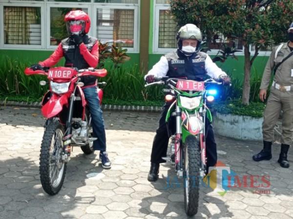 Bupati Malang HM Sanusi (kanan) didampingi Sekretaris Daerah (Sekda) Kabupaten Malang Wahyu Hidayat saat akan mengendarai trail (foto: Hendra Saputra/MalangTIMES)