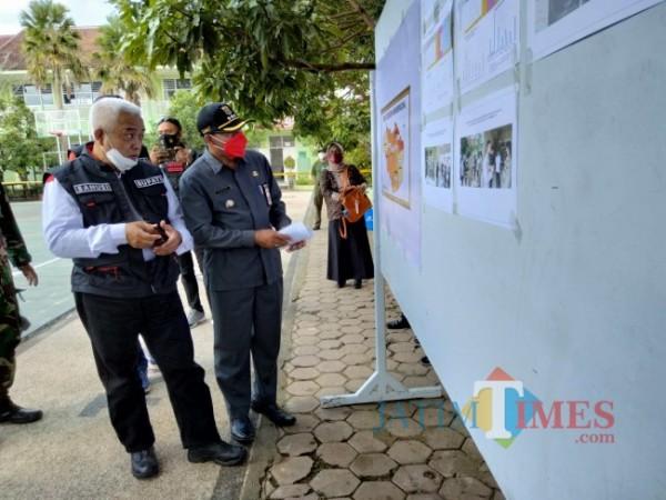 Bupati Malang HM. Sanusi saat menerima penjelasan pergerakan Covid-19 di Kecamatan Sumbepucung.(foto: Riski Wijaya/MalangTIMES).