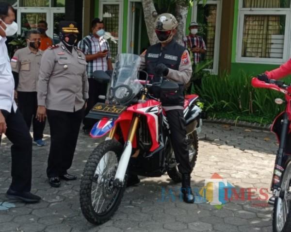 Kapolres Malang AKBP Bagoes Wibisono saat akan mengendarai trail untuk kunjungi isoter (foto: Hendra Saputra/MalangTIMES)
