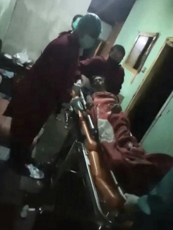 Kondisi saat Siswoyo (49) yang lemas di evakuasi oleh relawan PMI (Palang Merah Indonesia) Kota Malang bersama warga sekitar untuk dibawa menuju Rumah Sakit Saiful Anwar, Jumat (20/8/2021) malam. (Foto: Istimewa)