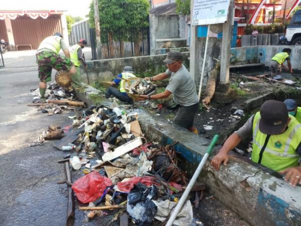 Satgas DPUPRPKP Kota Malang, saat melakukan normalisasi saluran drainase di kawasan Jalan Simpang Raya Langsep (Ist)