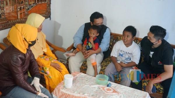 Tim dari J99 Foundation ketika melihat kondisi anak dari Siswoyo yakni Muhammad Ilham dan Muhammad Ricky, Sabtu (21/8/2021). (Foto: Tim Media J99 Foundation for MalangTIMES)