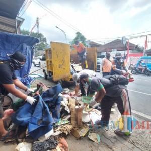 Warga dan Relawan Gotong Royong Bersihkan Rumah Siswoyo, 2 Mobil Penuh Barang Tak Terpakai