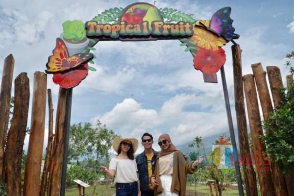Beberapa wisatawan saat berswafoto di Batu Love Garden.