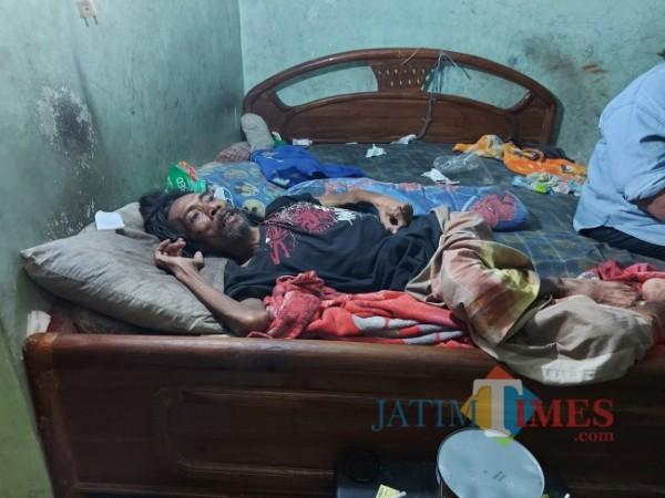 Kondisi Siswoyo (49) yang tampak terbaring lemas di atas tempat tidurnya, Jumat (20/8/2021). (Foto: Tubagus Achmad/MalangTIMES)