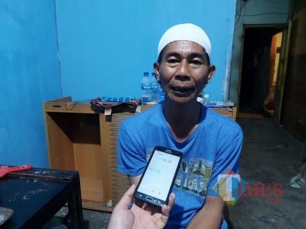 Salah satu teman dekat Siswoyo yakni Aro' Sujarwo yang beberapa bulan lalu telah bertempat tinggal dengan cara kos di kediaman Siswoyo, Sabtu (21/8/2021) malam. (Foto: Tubagus Achmad/MalangTIMES)