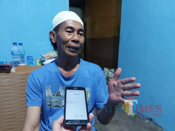 Teman dekat Siswoyo, yakni Aro' Sujarwo, yang sejak beberapa bulan lalu bertempat tinggal di kediaman Siswoyo, Sabtu (21/8/2021). (Foto: Tubagus Achmad/MalangTIMES)