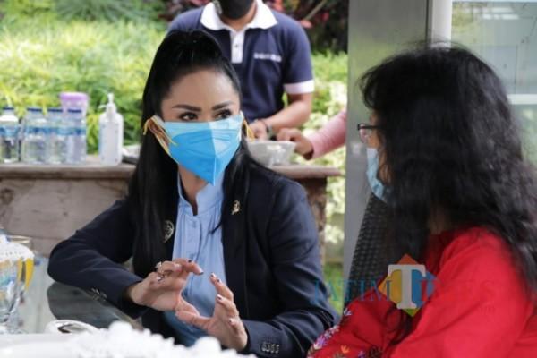 Anggota Komisi IX DPR RI Dapil Malang Raya Krisdayanti saat meninjau vaksinasi di rumah dinas wali kota Batu beberapa saat lalu. (Foto: Irsya Richa/MalangTIMES)