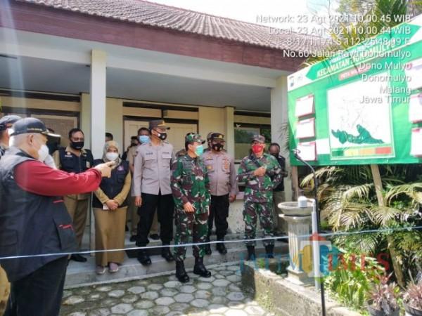 Bupati Malang HM Sanusi didampingi sejumlah jajaran Forkopimda saat meninjau salah satu tempat isoter.