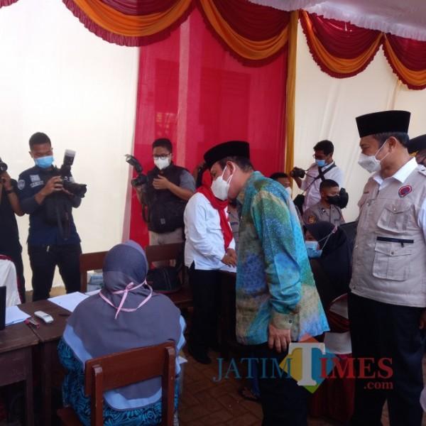 Kepala BNPT Komjen Boy Rafli Amar saat meninjau vaksinasi di YLP Lamongan. (foto: M. Nur Ali Zulfikar)