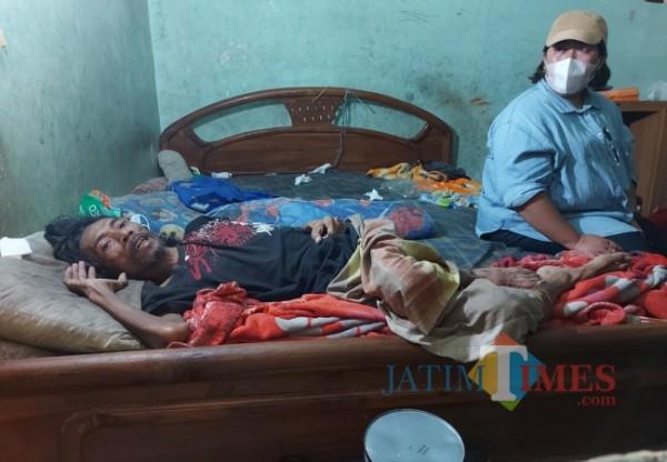 Kondisi Siswoyo (49) ketika terbaring lemas di tempat tidurnya saat ditinjau oleh perwakilan Relawan Anak Bangsa, Jumat (20/8/2021). (Foto: Tubagus Achmad/MalangTIMES)