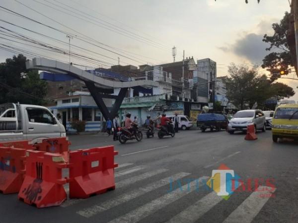 Penyekatan di kawasan Terminal Landungsari di masa PPKM di Kota Malang. (Foto:;Arifina Cahyanti Firdausi/ MalangTIMES).