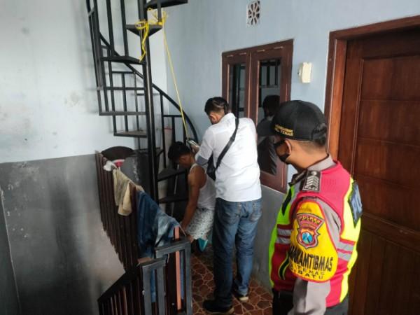 Petugas Polres Batu saat akan melakukan evakuasi di rumah kos di RT 10 RW 10 Kelurahan Temas, Kecamatan Batu, Kota Batu, Senin (23/8/2021). (Foto: istimewa)