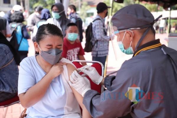 Tenaga kesehatan saat menyuntikkan vaksin kepada warga di Hotel Purnama beberapa saat lalu. (Foto: Irsya Richa/MalangTIMES)