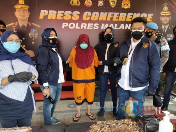 Tersangka kasus tindakan korupsi dana PKH di Desa Kanigoro, Kecamatan Pagelaran. (Foto: Riski Wijaya/MalangTIMES).