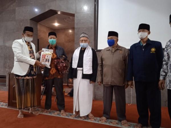 Wakil Ketua Fraksi PKS DPRD Kota Malang, Rokhmad (paling kiri) saat menyerahkan Paket Sembako Merdeka kepada jamaah pengajian di wilayah Sukun. (Foto: Istimewa).