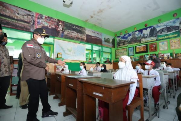 Wali Kota Malang Sutiaji (bertopi) saat meninjau pembelajaran tatap muka siswa sekolah sebelum kebijakan masa PPKM Darurat dan PPKM Level 4. (Foto: Humas Pemkot Malang for MalangTIMES).