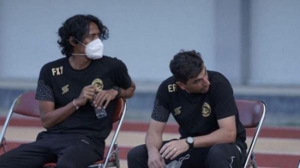 FX Yanuar (kiri) saat mendampingi Eduardo Almeida. (foto: istimewa)