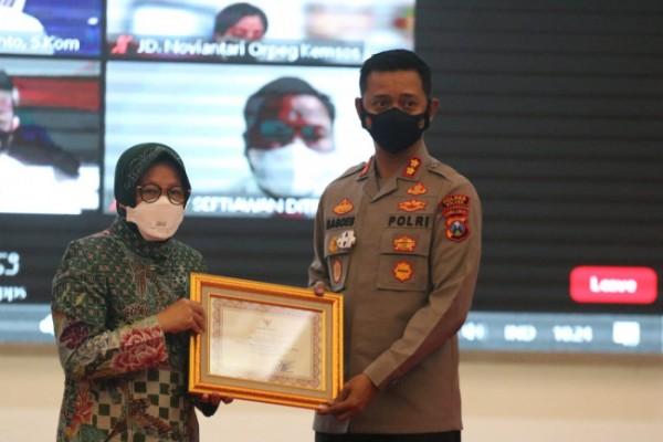 Kapolres Malang AKBP Bagoes Wibisono (kanan) saat menerima penghargaan dari Kemensos (foto: Humas Polres Malang for MalangTIMES)