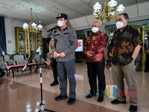 Kepala BNPT Komjen Pol. Boy Rafli Amar didampingi Bupati Malang HM. Sanusi saat memberikan keterangan di hadapan awak media.(Foto: Riski Wijaya/MalangTIMES).