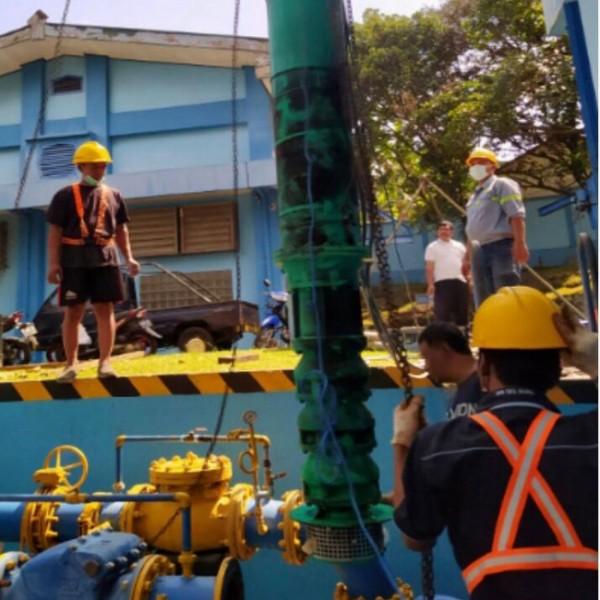 Petugas dari Perumda Air Minum Tugu Tirta Kota Malang saat melakukan perbaikan pada Pompa Wendit III, Selasa (24/8/2021). (Foto: Dok. Perumda Air Minum Tugu Tirta Kota Malang)