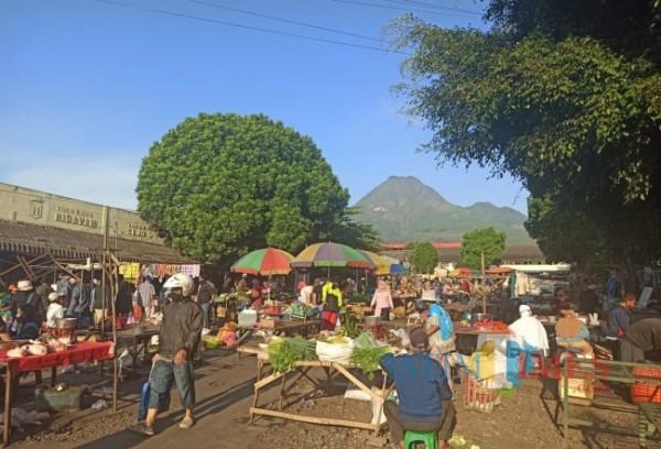 Suasana jual beli di Pasar Besar Kota Batu. (Foto: Irsya Richa/MalangTIMES)