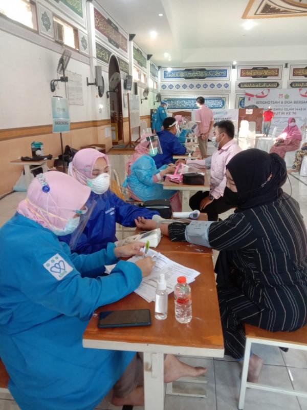 Vaksinasi yang digelar di Pondok Bahrul Maghfiroh. (foto: istimewa)
