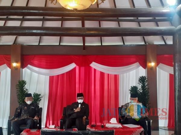 Wali Kota Malang Sutiaji (tengah) saat rapat koordinasi dengan Tim Rumah Ibadah Bergerak di Gazebo Balai Kota Malang, Selasa (24/8/2021). (Arifina Cahyanti Firdausi/MalangTIMES).