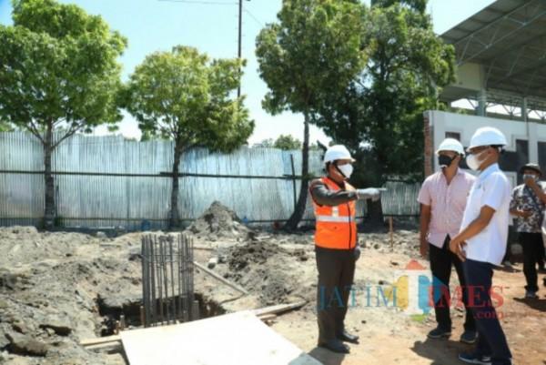 Bupati Lumajang ketika peletakan batu pertama di stadion Semeru (Foto : Kominfo / JatimTIMES)