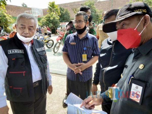 Bupati Malang HM. Sanusi saat meninjau tempat isoter di Kecamatan Sumberpucung.(Foto: Riski Wijaya/MalangTIMES).
