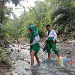 Dua Bocah Kakak Beradik Seberangi Sungai dan Lewati Jalan Terjal Pergi-Pulang Sekolah