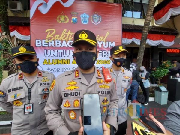 Kapolresta Malang Kota AKBP Budi Hermanto (tengah) saat memberikan penjelasan terkait perkembangan persiapan vaksinasi bagi tunawisma, Rabu (25/8/2021). (Foto: Tubagus Achmad/MalangTIMES)