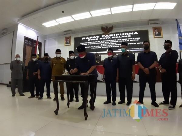 Penandatanganan Keputusan Tentang Perubahan KUA-PPAS APBD Tahun Anggaran 2021 di ruang Rapat Paripurna DPRD Kota Malang dan secara daring, Rabu (24/8/2021) malam. (Arifina Cahyanti Firdausi/MalangTIMES).
