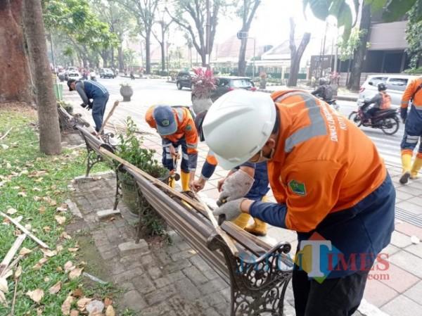 Petugas DLH Kota Malang saat menutup kursi di Jalan Besar Ijen (foto: Hendra Saputra/MalangTIMES)