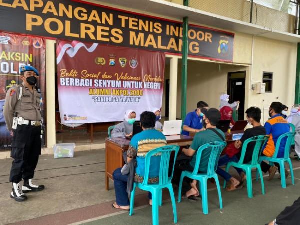Proses vaksinasi yang dilaksanakan di Lapangan Tenis Indoor Mapolres Malang (foto: Humas Polres Malang for MalangTIMES)