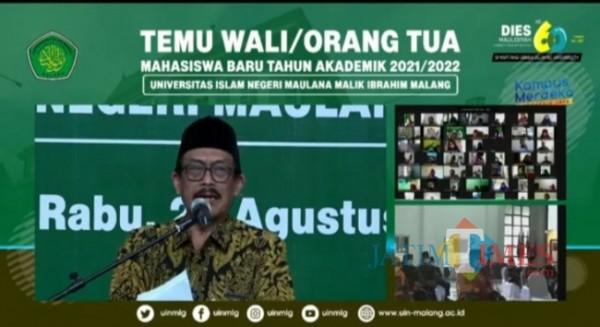 Rektor UIN Malang, Prof Dr Zainuddin MA saat memberikan sambutan dalam kegiatan pertemuan dengan wali mahasiswa (Anggara Sudiongko/MalangTIMES)