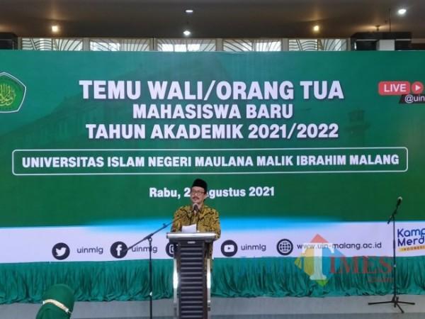 Rektor UIN Maliki Malang Prof Dr Zainudin MA saat memberikan sambutan kala pertemuan dengan para orangtua wali mahasiswa baru (Anggara Sudiongko/MalangTIMES)