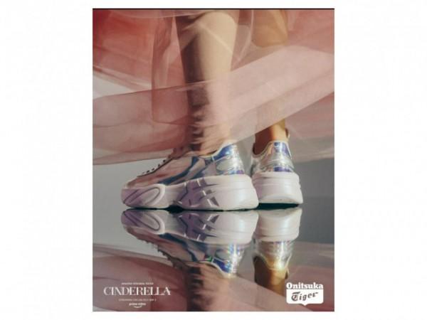 Sepatu kaca Cinderella model Dneakers dari Onitsuka Tiger. (Foto: Instagram @onitsukatigerofficial).