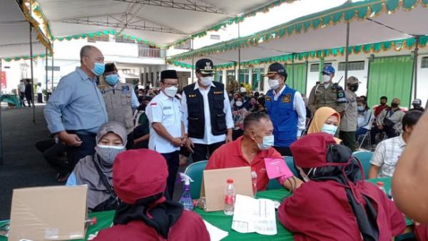 Wakil Wali Kota Malang Sofyan Edi Jarwoko (rompi hitam) saat meninjau pelaksanaan vaksinasi ke masyarakat wilayah Kecamatan Sukun, Rabu (25/8/2021). (Foto: Istimewa).
