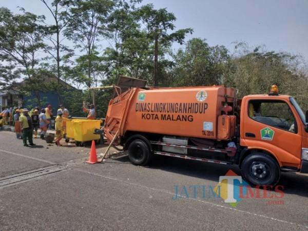Armada DLH Kota Malang yang setiap hari keliling untuk mengangkut sampah (foto: Hendra Saputra/ MalangTIMES)