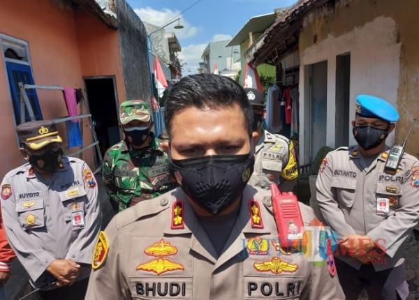 Kapolresta Malang Kota AKBP Budi Hermanto saat ditemui usai memberikan bansos Covid-19 kepada masyarakat difabel dan korban kecelakaan lalu lintas, Rabu (25/8/2021). (Foto: Tubagus Achmad/JatimTIMES)