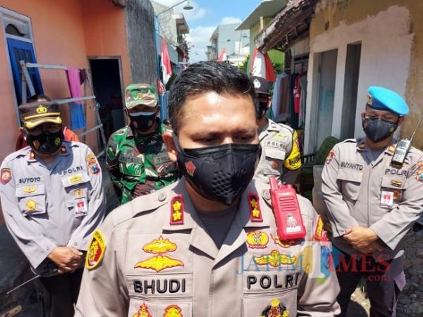 Kapolresta Malang Kota AKBP Budi Hermanto usai menyerahkan bantuan sosial (bansos) covid-19 dari alumni Akpol angkatan 2000 kepada masyarakat difabel dan korban kecelakaan lalu lintas, Rabu (25/8/2021). (Foto: Tubagus Achmad/JatimTIMES)