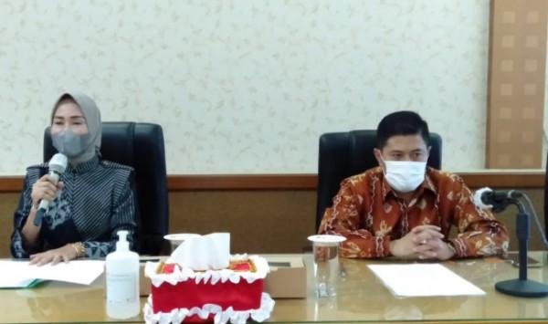 Kepala Disdikbud Kota Malang Suwarjana SE MM (kanan) dan Bunda PAUD Kota Malang Hj Widayati Sutiaji S Sos MM (kiri)(Ist)